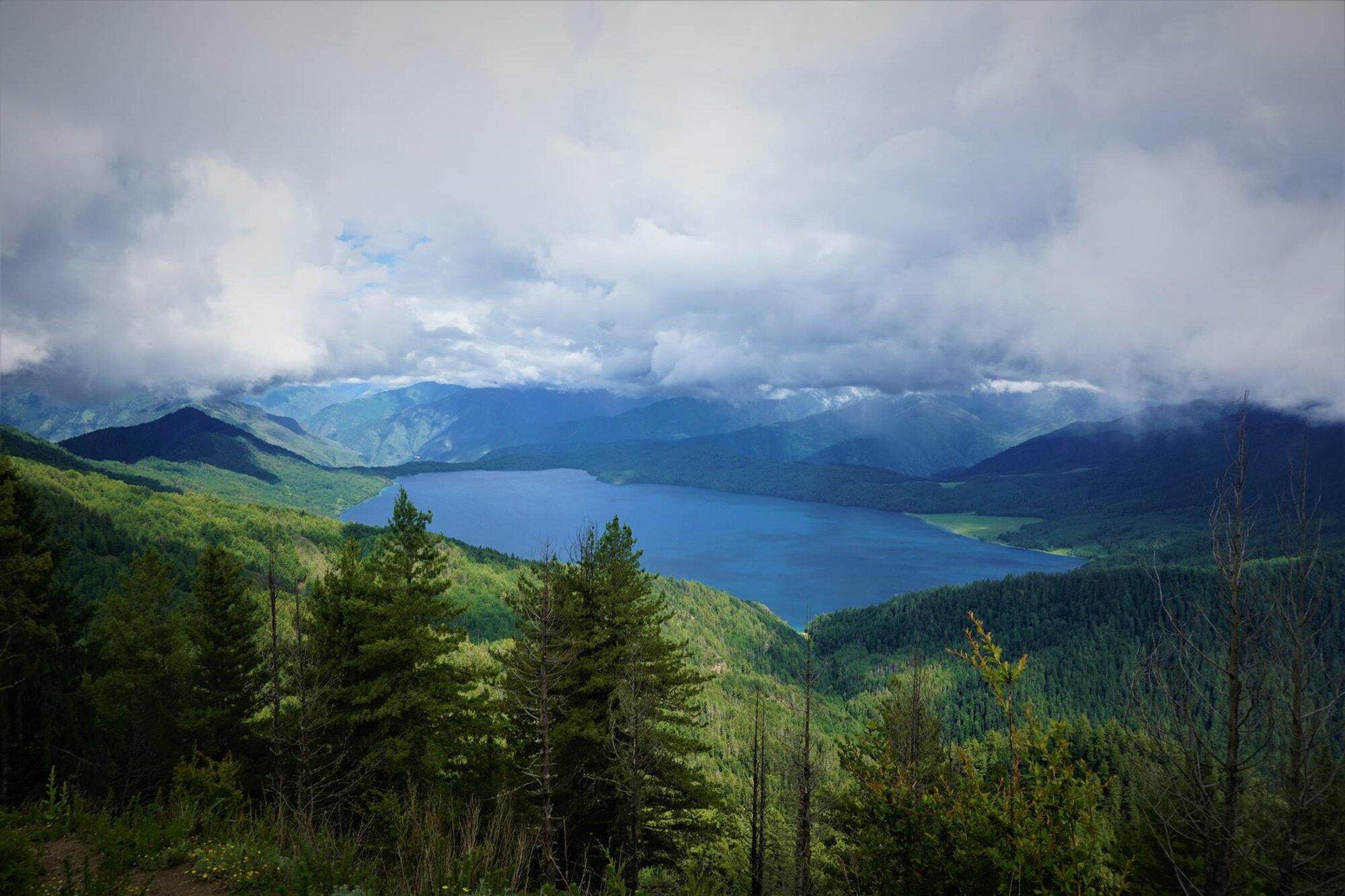 pohled na jezero z vyhlídky Murna