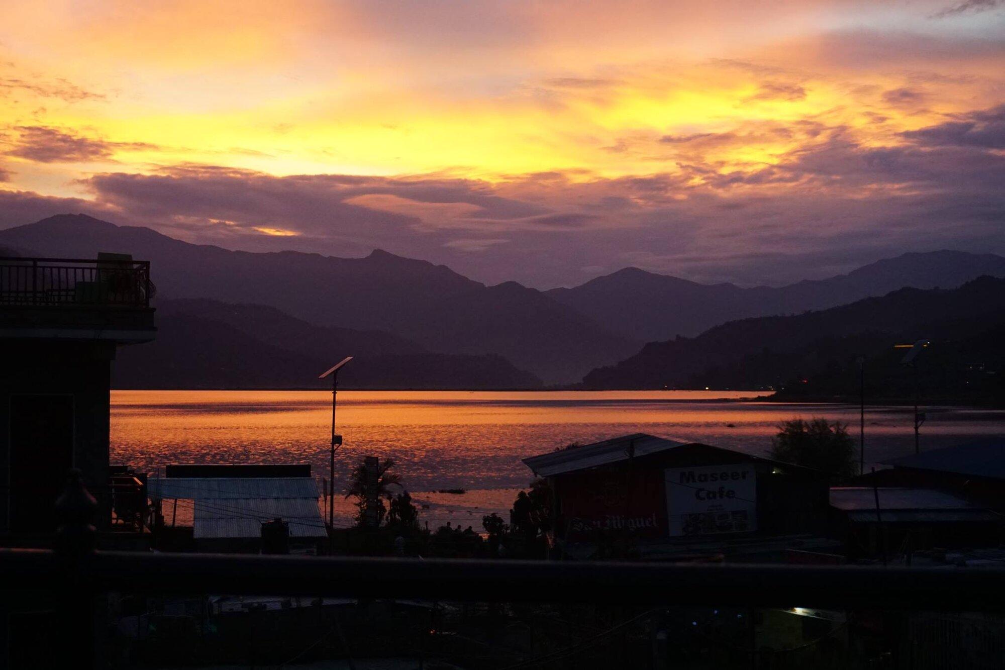 закат солнца над озером