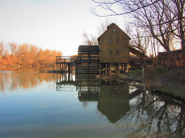 деревянная водная колесная мельница в Елке