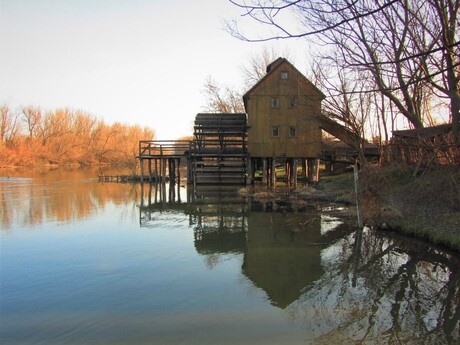 drevený vodný kolový mlyn v Jelke