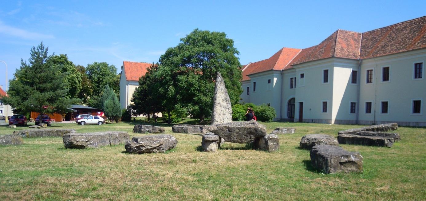 Holíčské megality; Wikipedia.org: Jozef Petrík