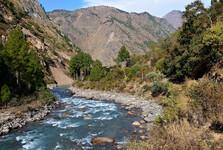 stoupání proti proudu řeky Langtang až do vesnice Lama