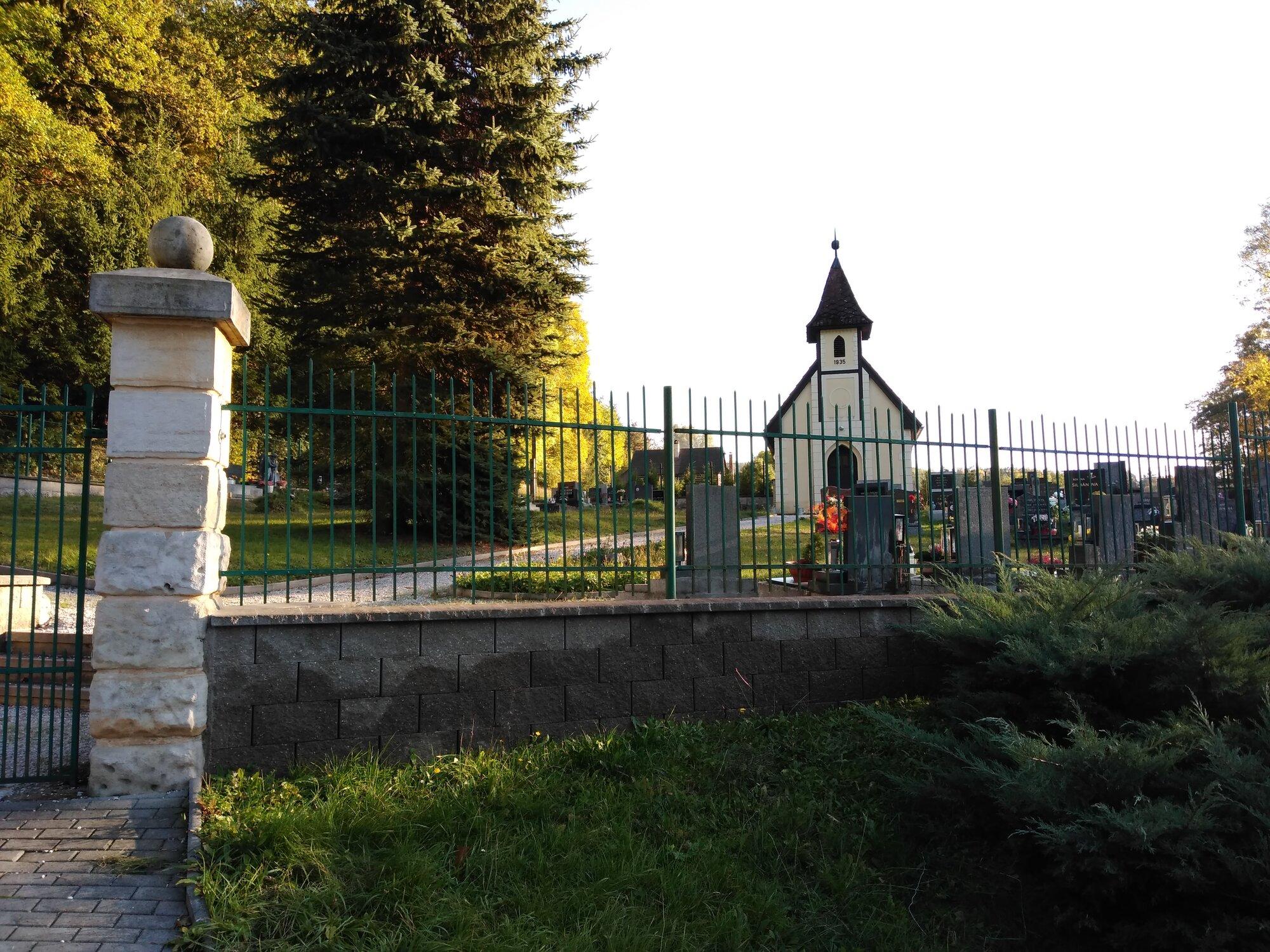 kaplička v obci Kacanovy