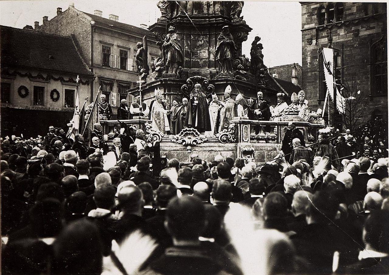 korunovace Karla I. u trojičního sloupu v Budapešti; wikipedia.org