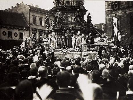 Korunovácia Karola I. pri Trojičnom stĺpe v Budapešti; wikipedia.org