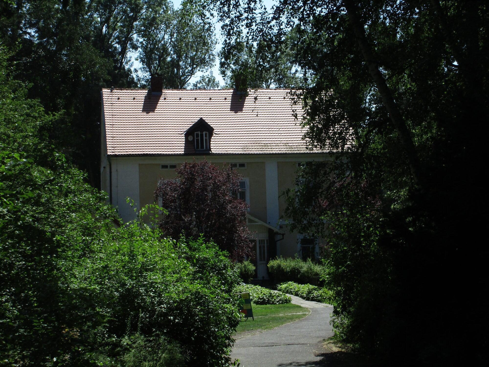 pohled na památník z přední části zahrady