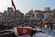pohľad z rieky na ghát Dashashwamedh