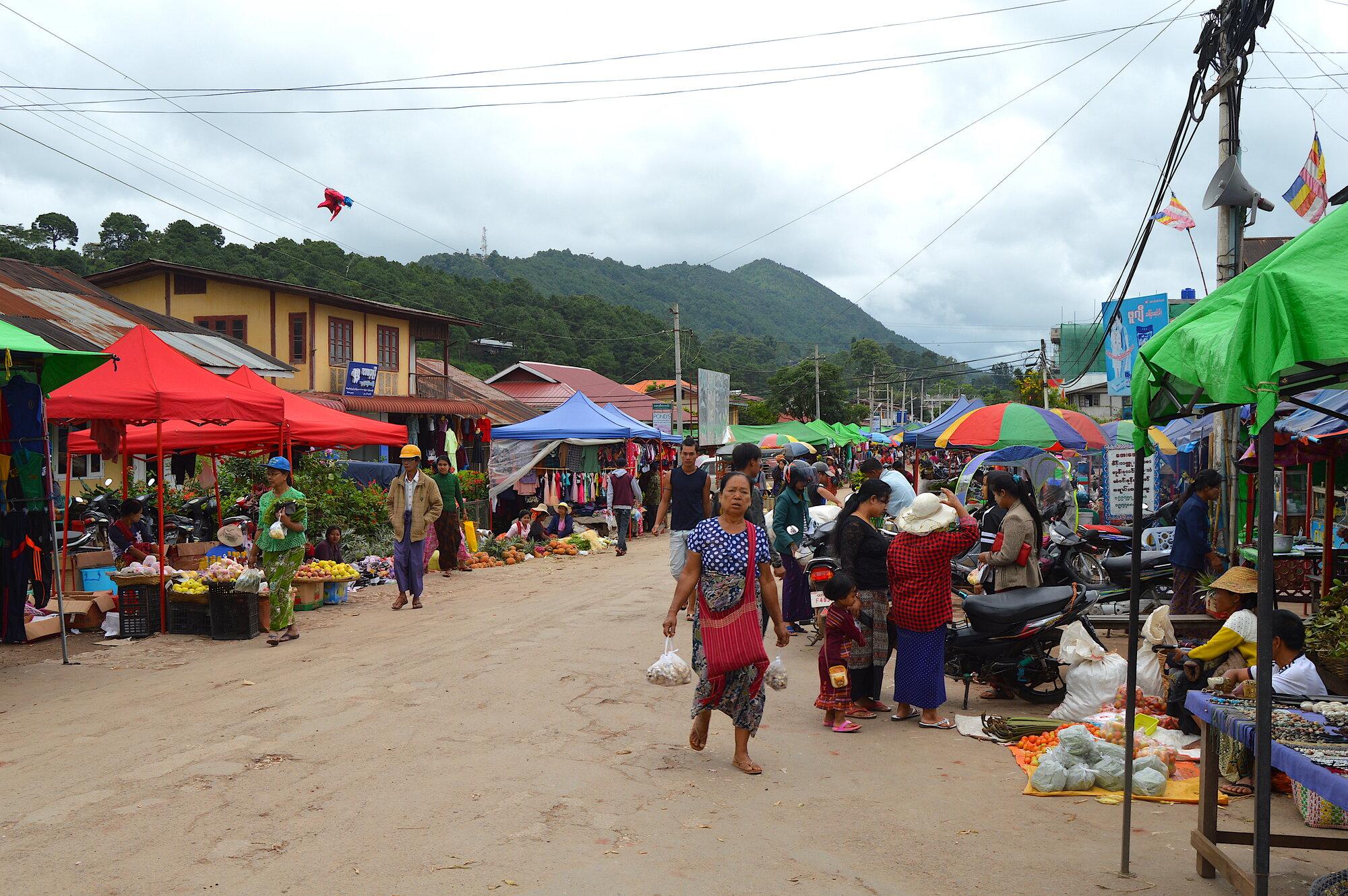 sobotní trhy ve městě Kalaw