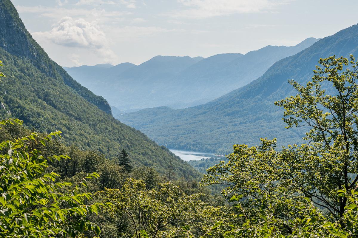 pohled od vodopádu k jezeru