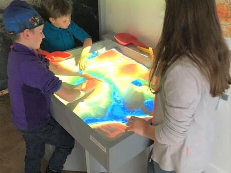 Slovenské múzeum máp - pieskový model reliéfu s rozšírenou realitou