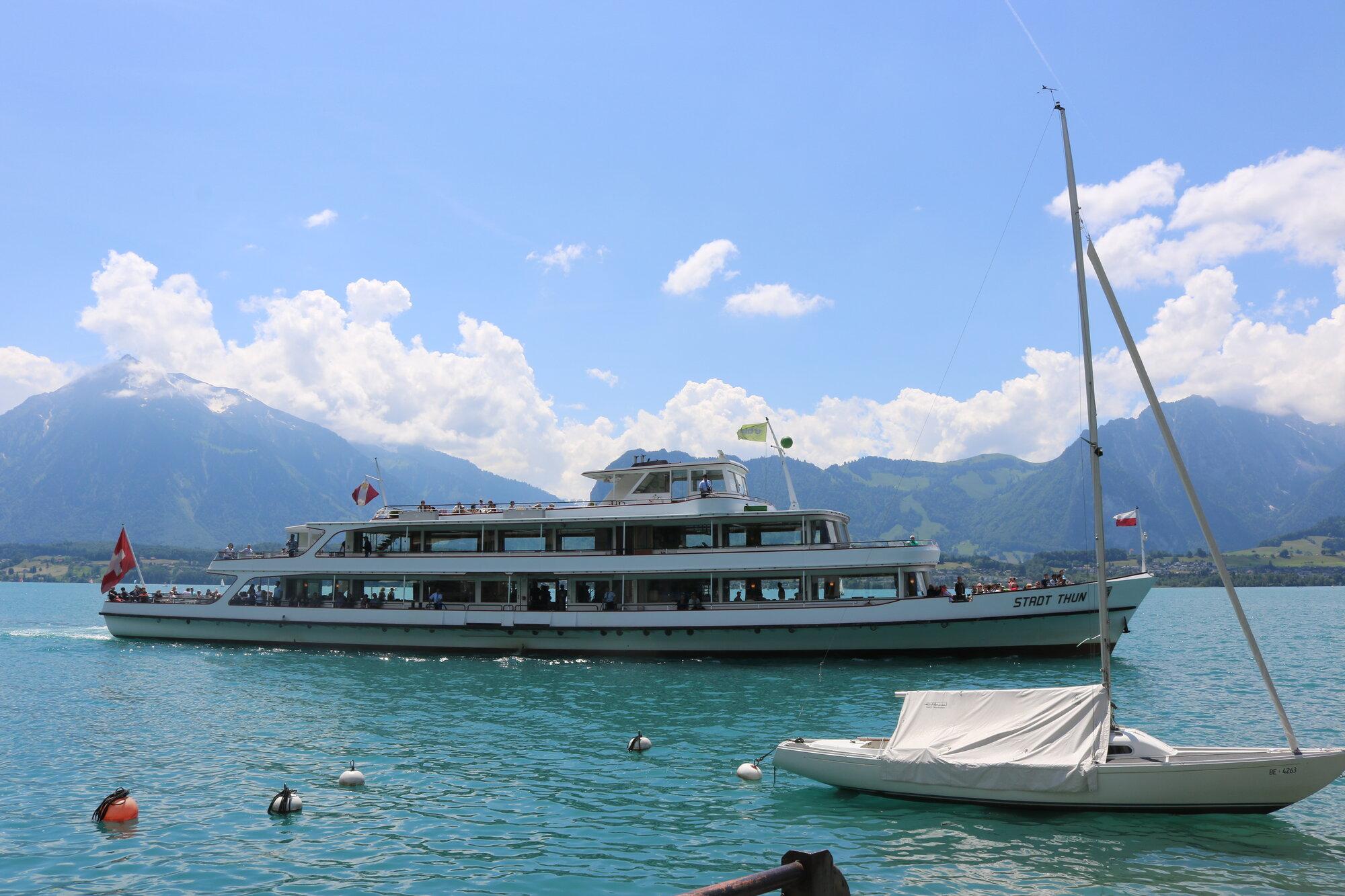 turistická loď, která pendluje mezi městem Thun a Spiez
