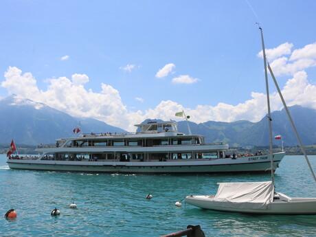 turistická loď, ktorá pendluje medzi mestom Thun a Spiez