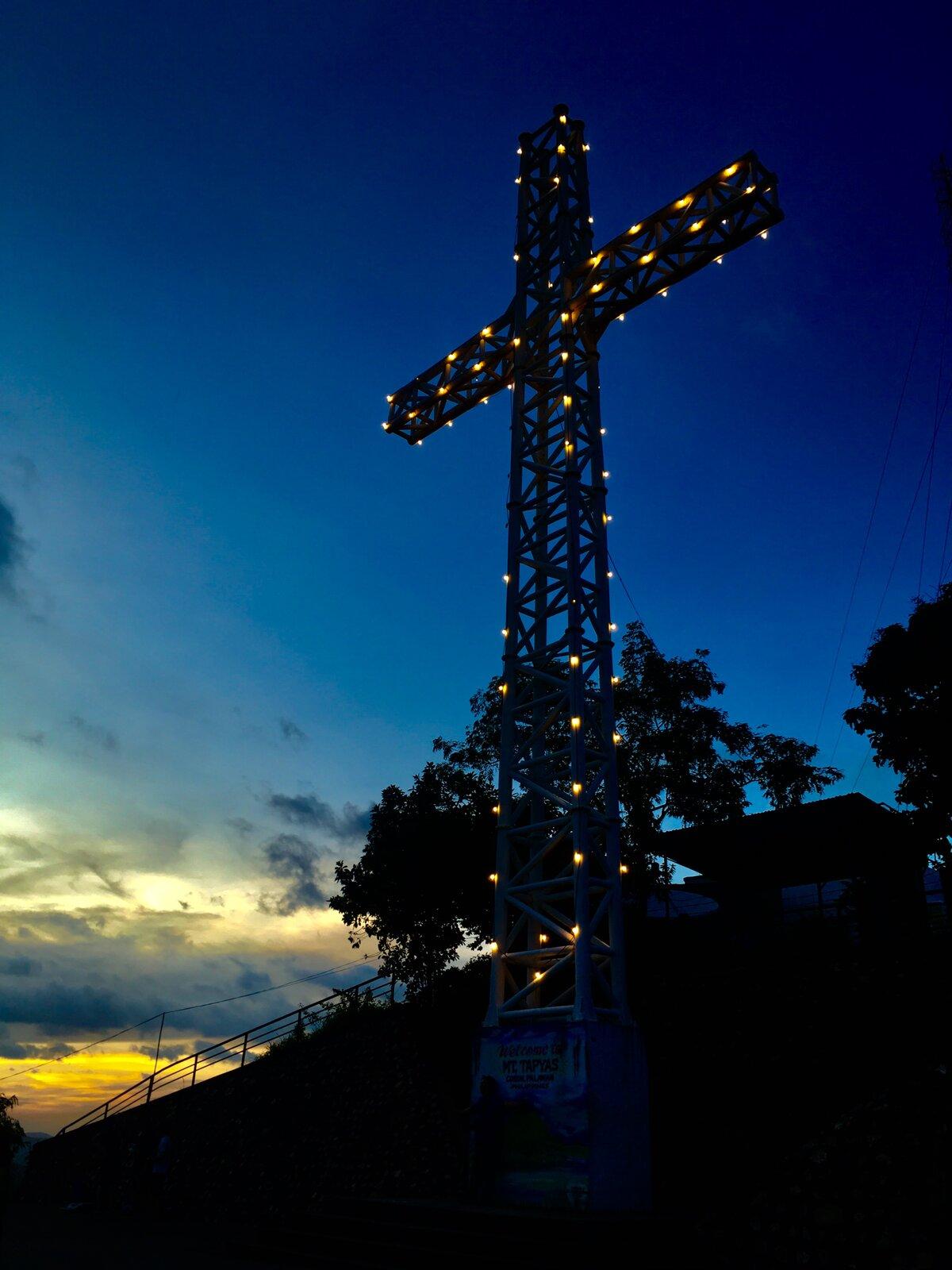 kríž je vidieť aj v noci
