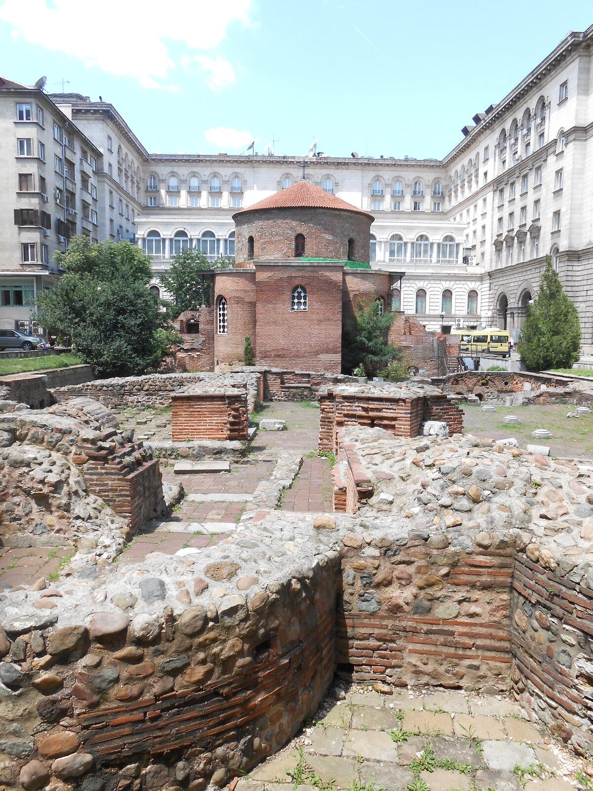 zbytky římských lázní s kostelem sv. Jiří