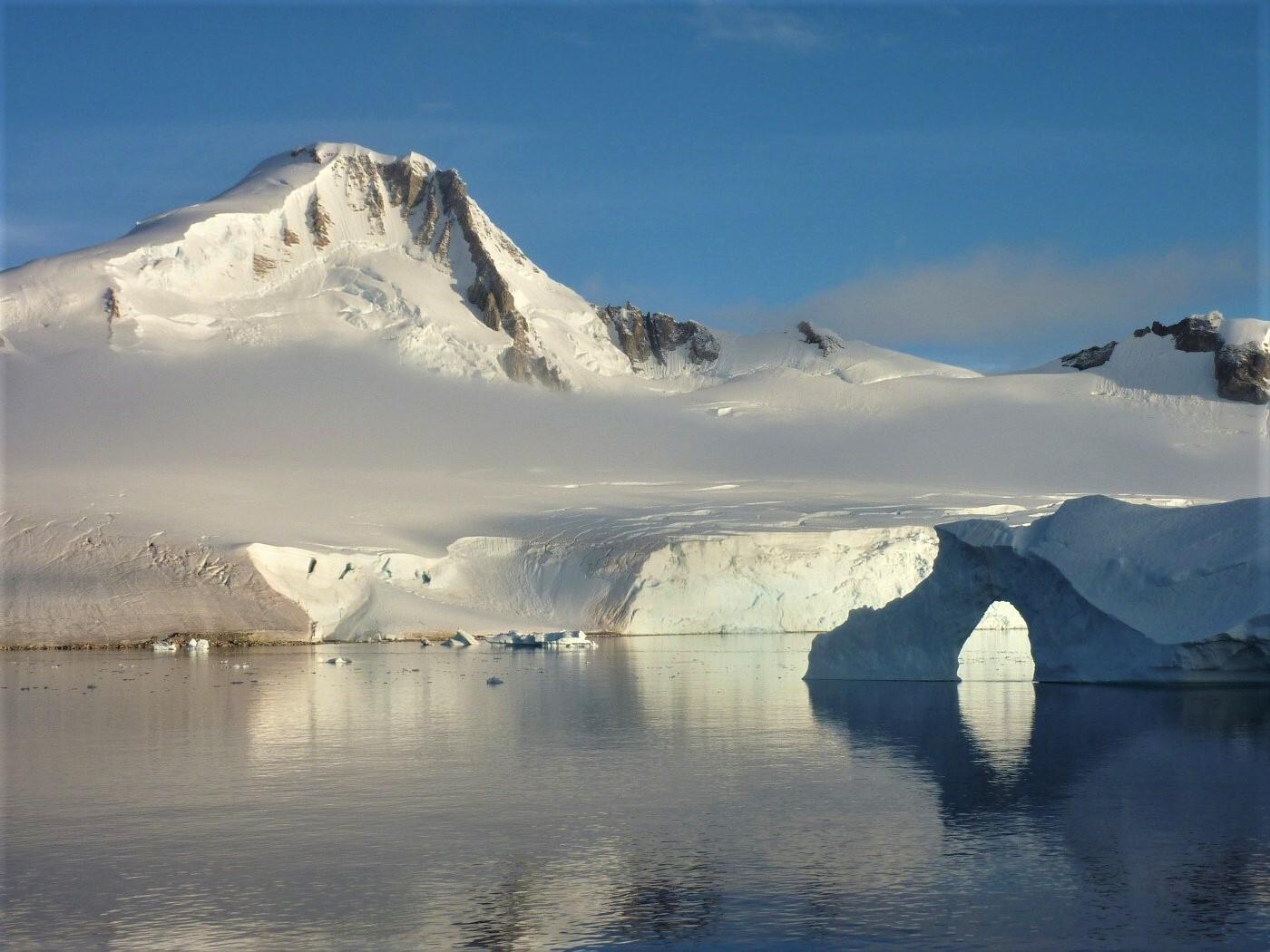 плавание вокруг антарктического полуострова недалеко от Paradise Bay