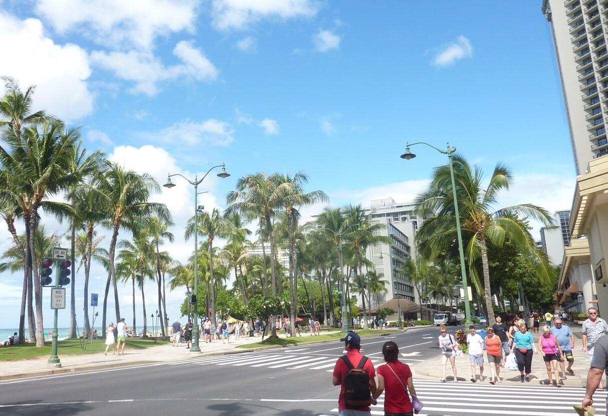 Гавайские острова - набережная в Гонолулу и знаменитый пляж Вайкики
