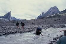 Baffinův ostrov, těžký přechod přes rozvodněný potok