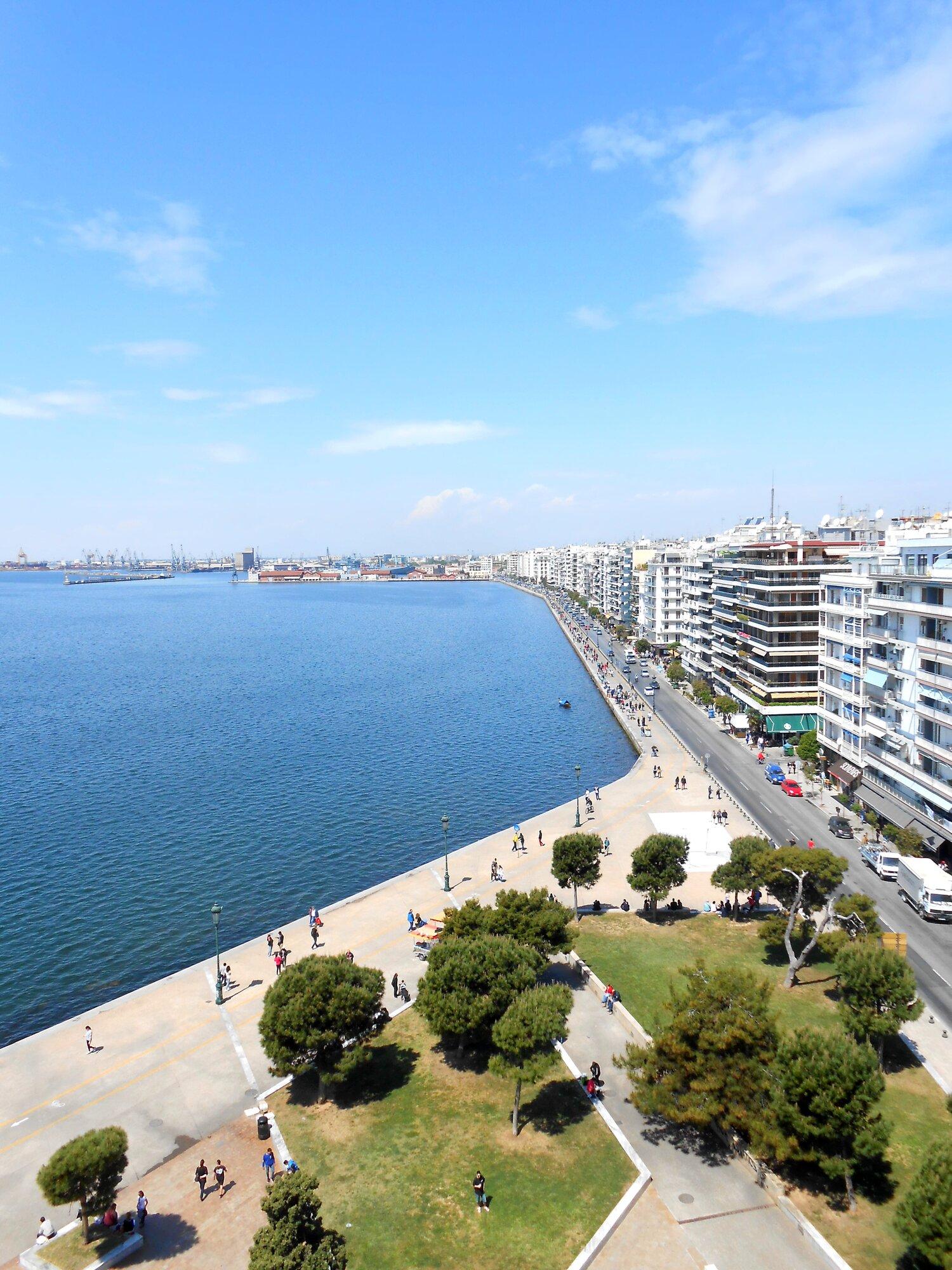 вид с Белой башни на часть города и море