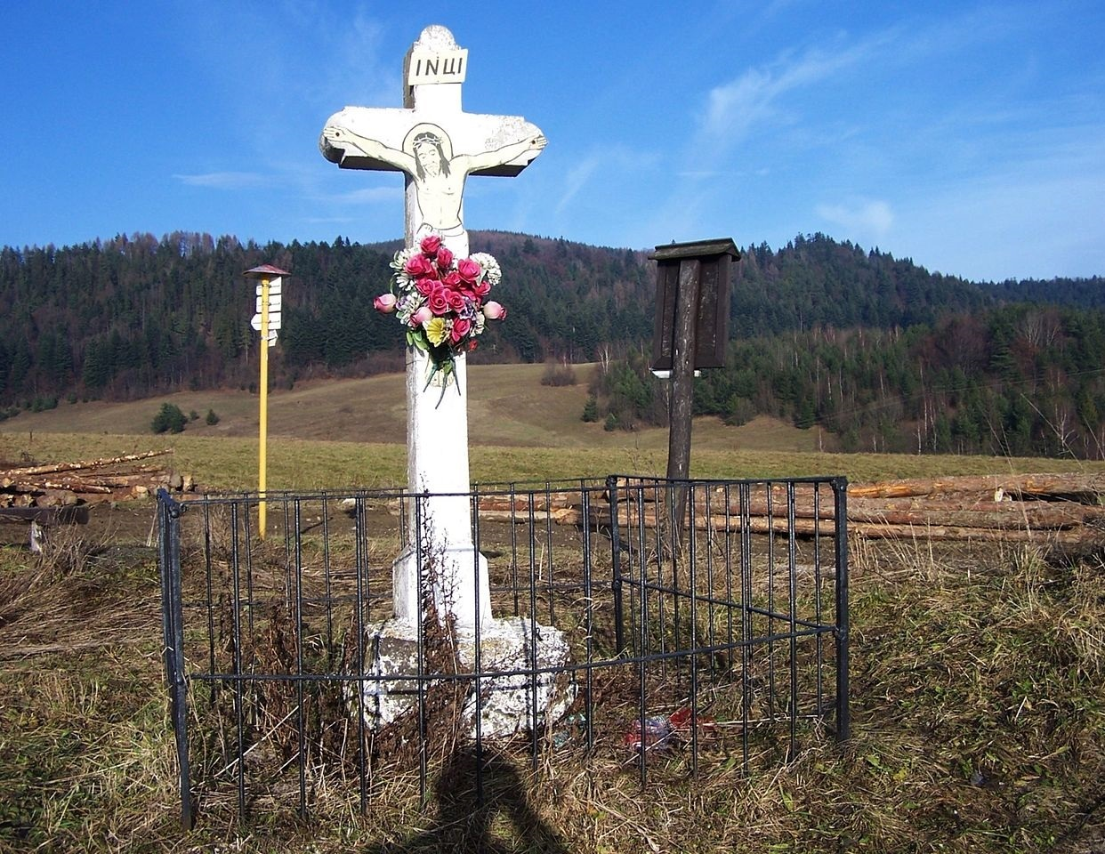 bílý kamenný kříž; (c) Wikipedia.org - Jerzy Opioła
