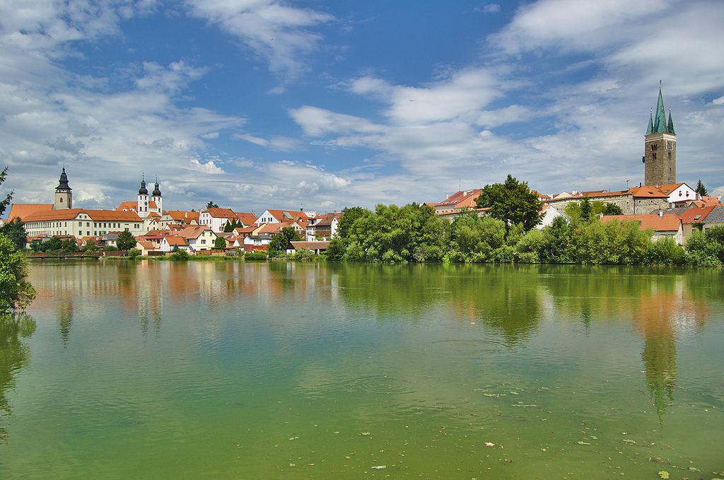 pohled na město přes Ulický rybník
