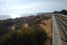 dřevěná stezka vedoucí na pláž Praia do Canavial