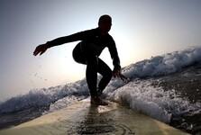 na surfu při západu slunce