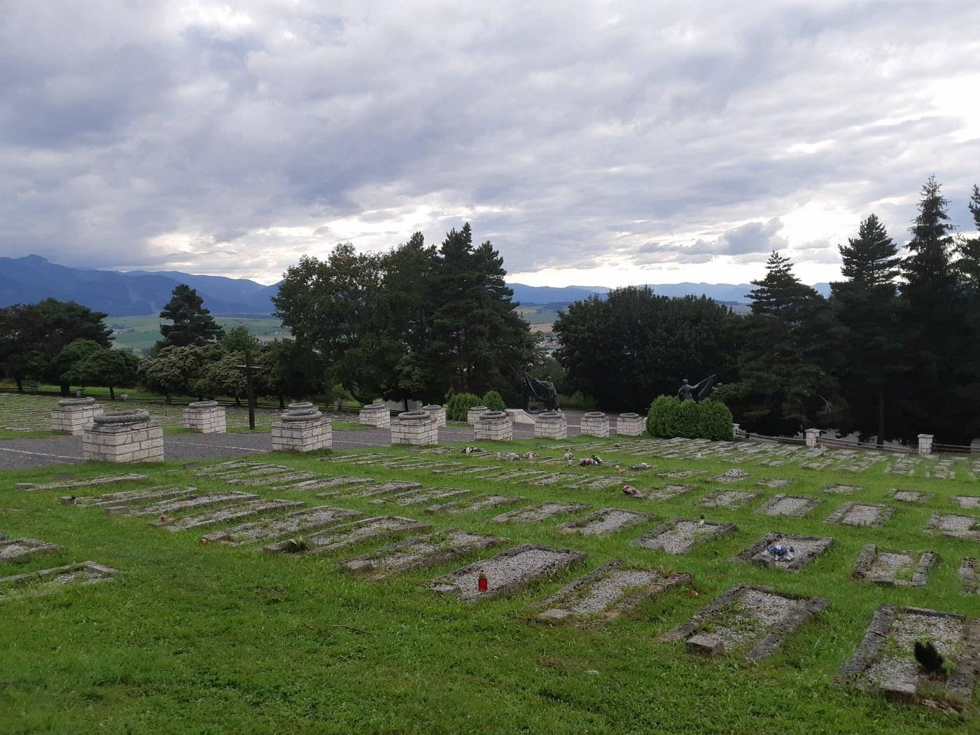 pietní areál s hřbitovem