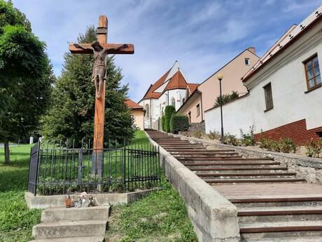 schody ku kostolu Svätého Juraja