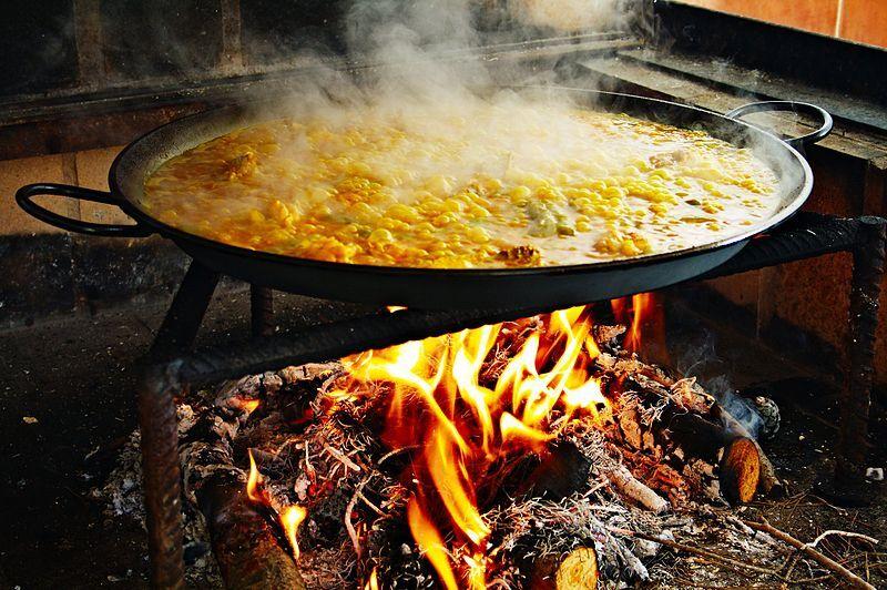 paella připravovaná na ulici