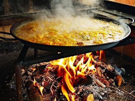 paella pripravovaná na ulici