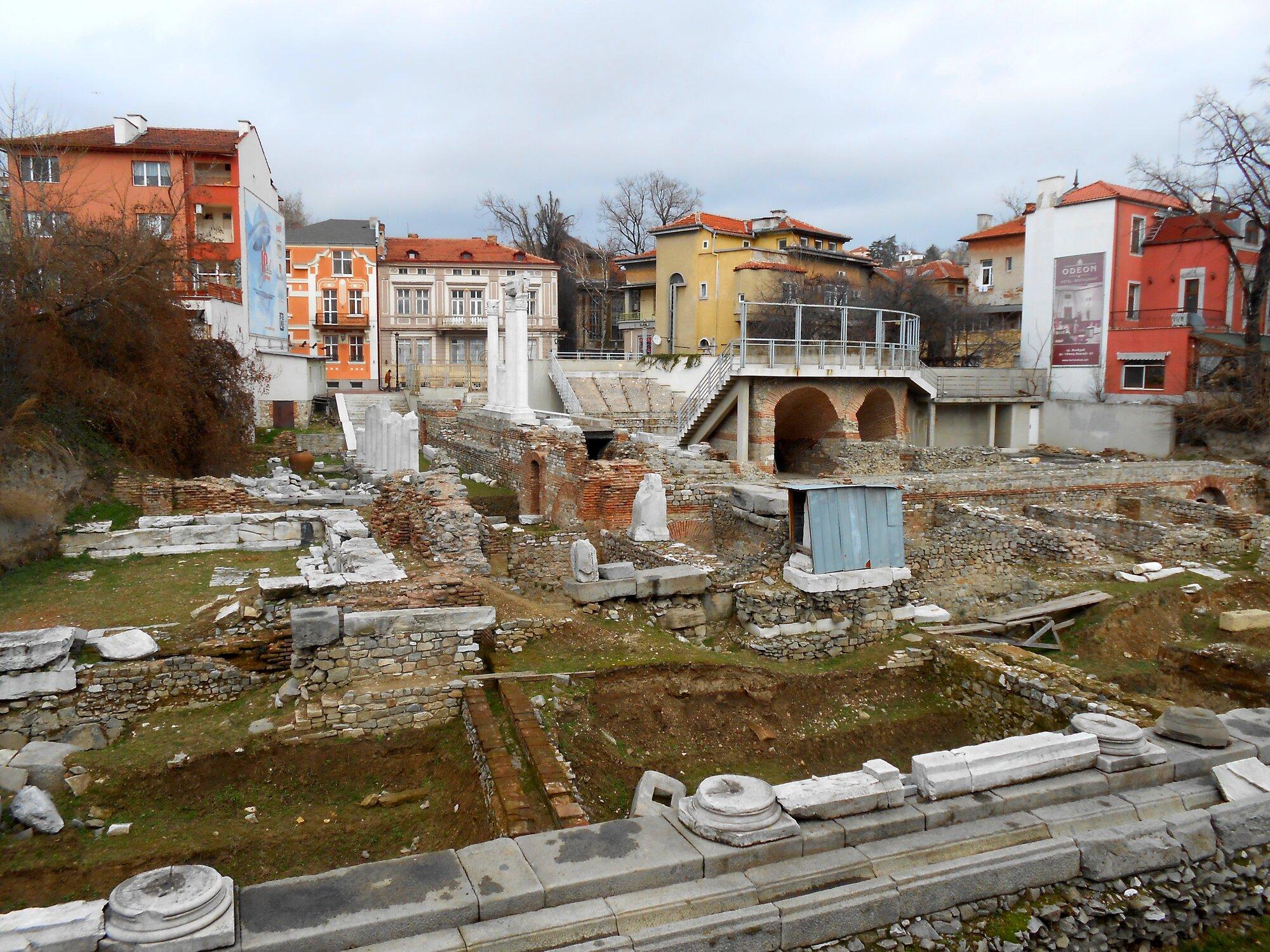 římské ruiny Odeon dodnes připomínají bohatou historii města