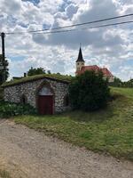 sklep s pozadím kostela sv. Jiljí