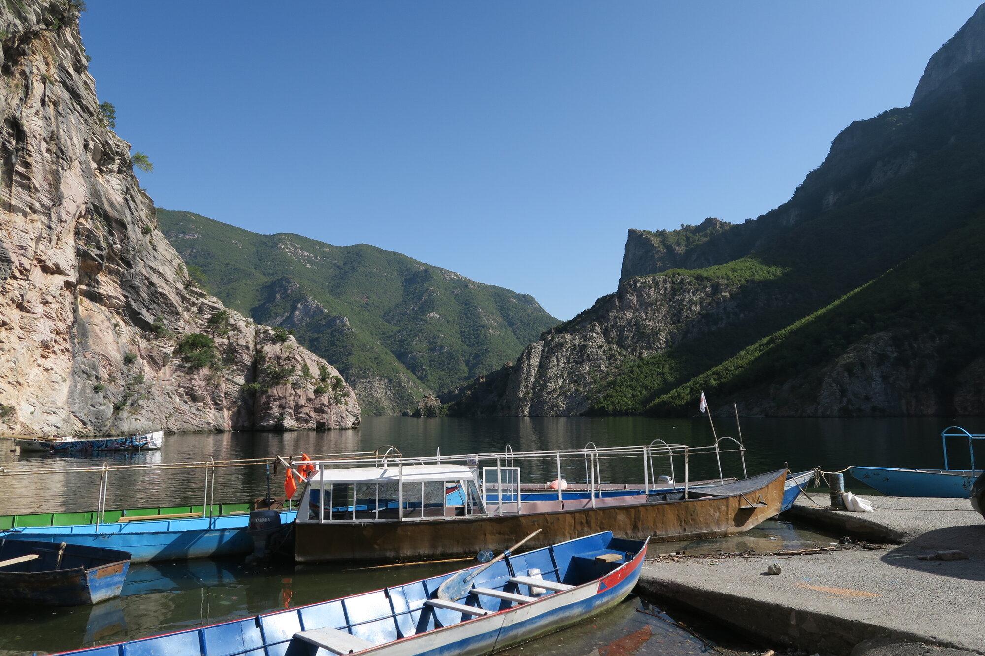 přístaviště jezera Komani
