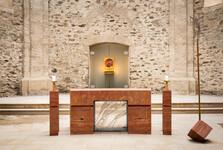 strohý kamenný oltář