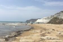 пляже возле Scala dei Turchi