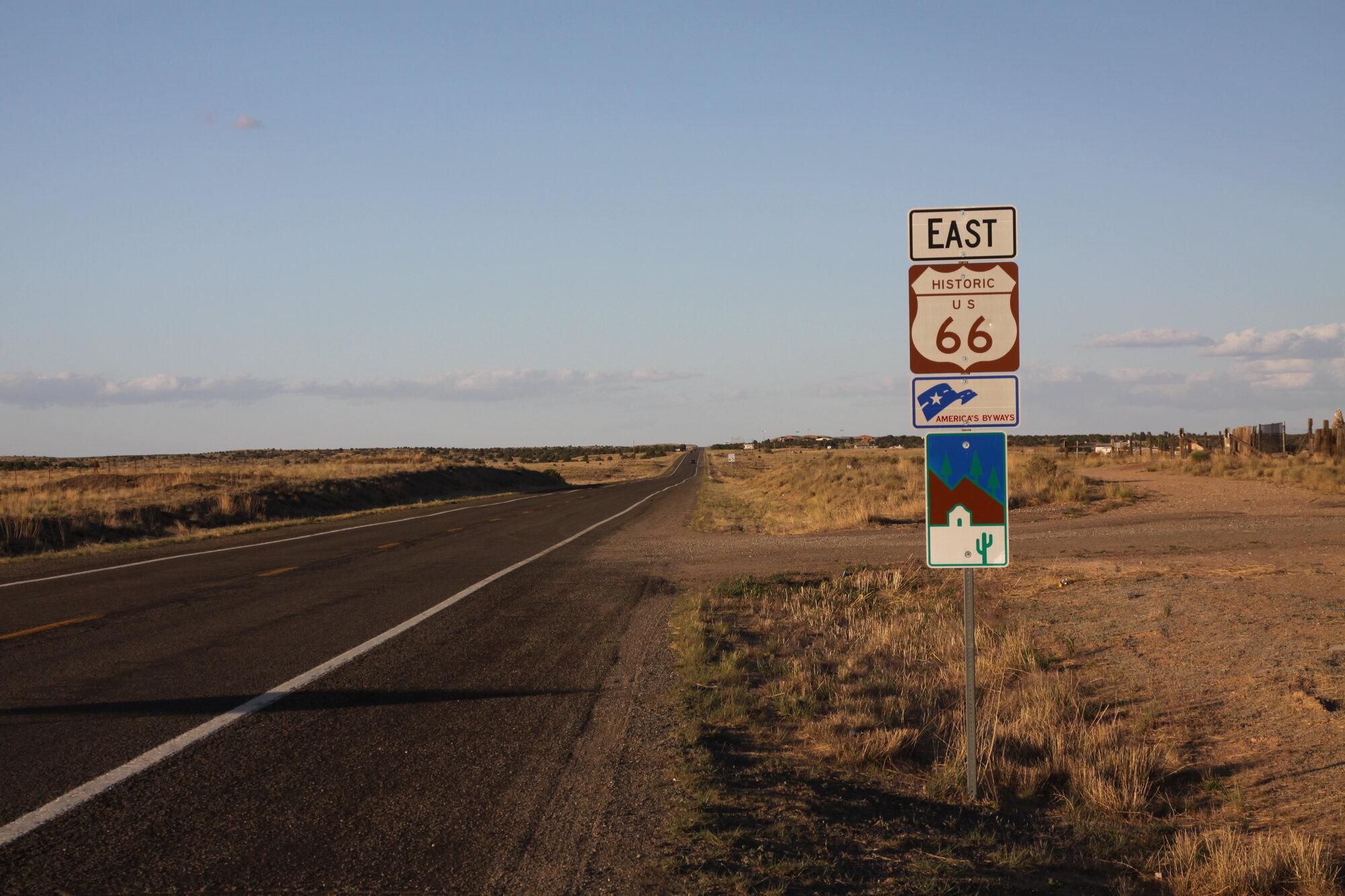 silnice s cedulí