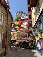 malebné ulice ozdobené barevnými dešníky