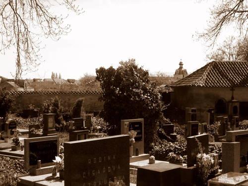 hřbitov obklopující Kostnici