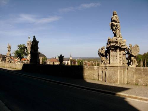 sochy lemující cestu k sv. Barboře