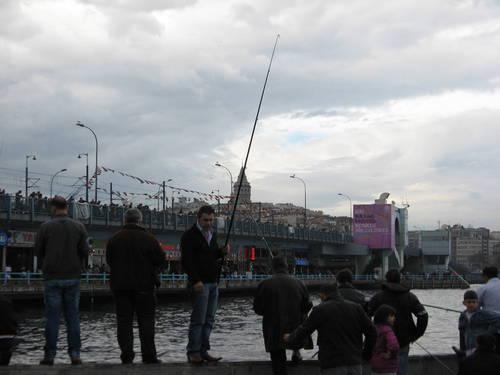 rybáři, v pozadí Galatská věž