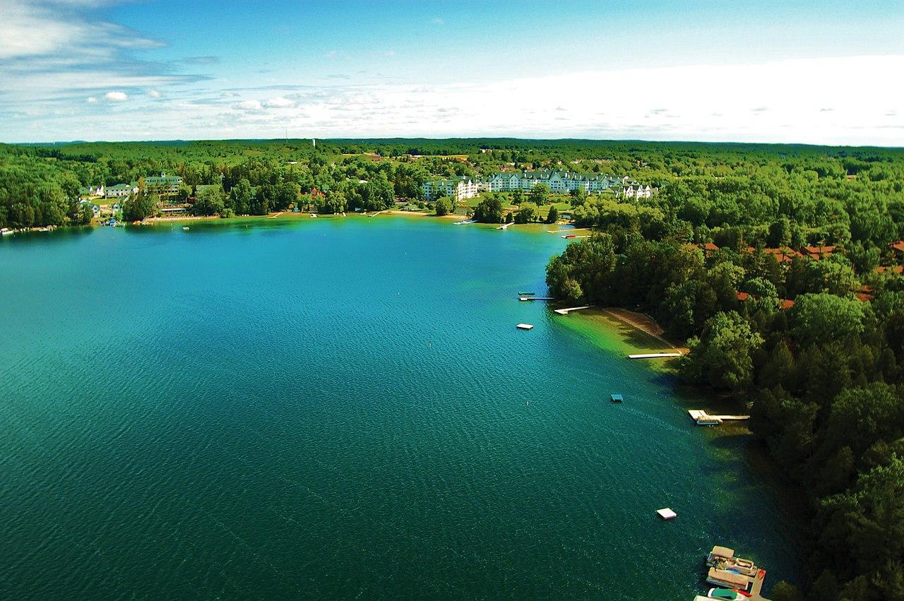 jezero Elkhart Lake, u kterého si můžete odpočinout