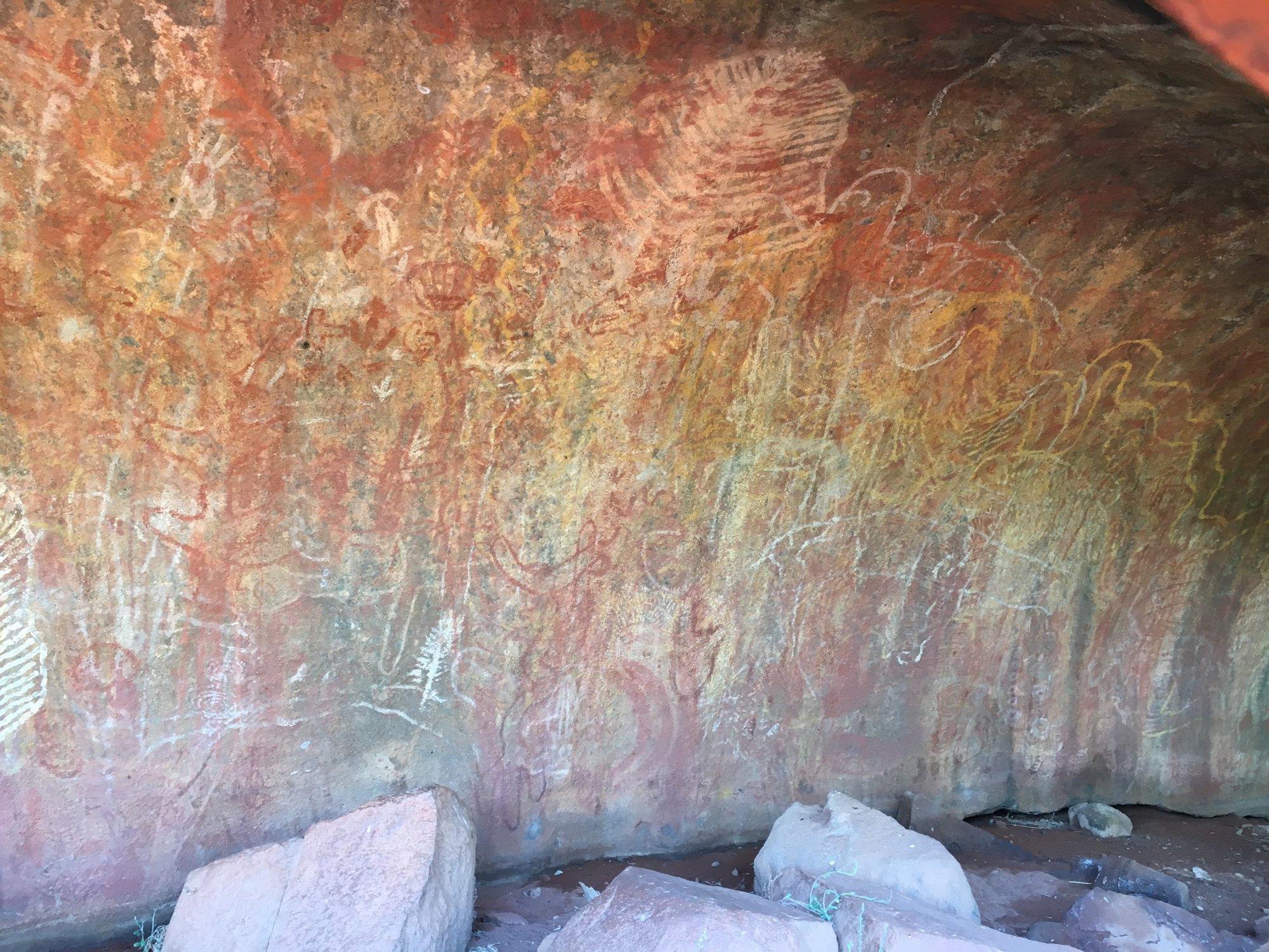 skalní malby na Uluru sloužily jako výukové prostředky