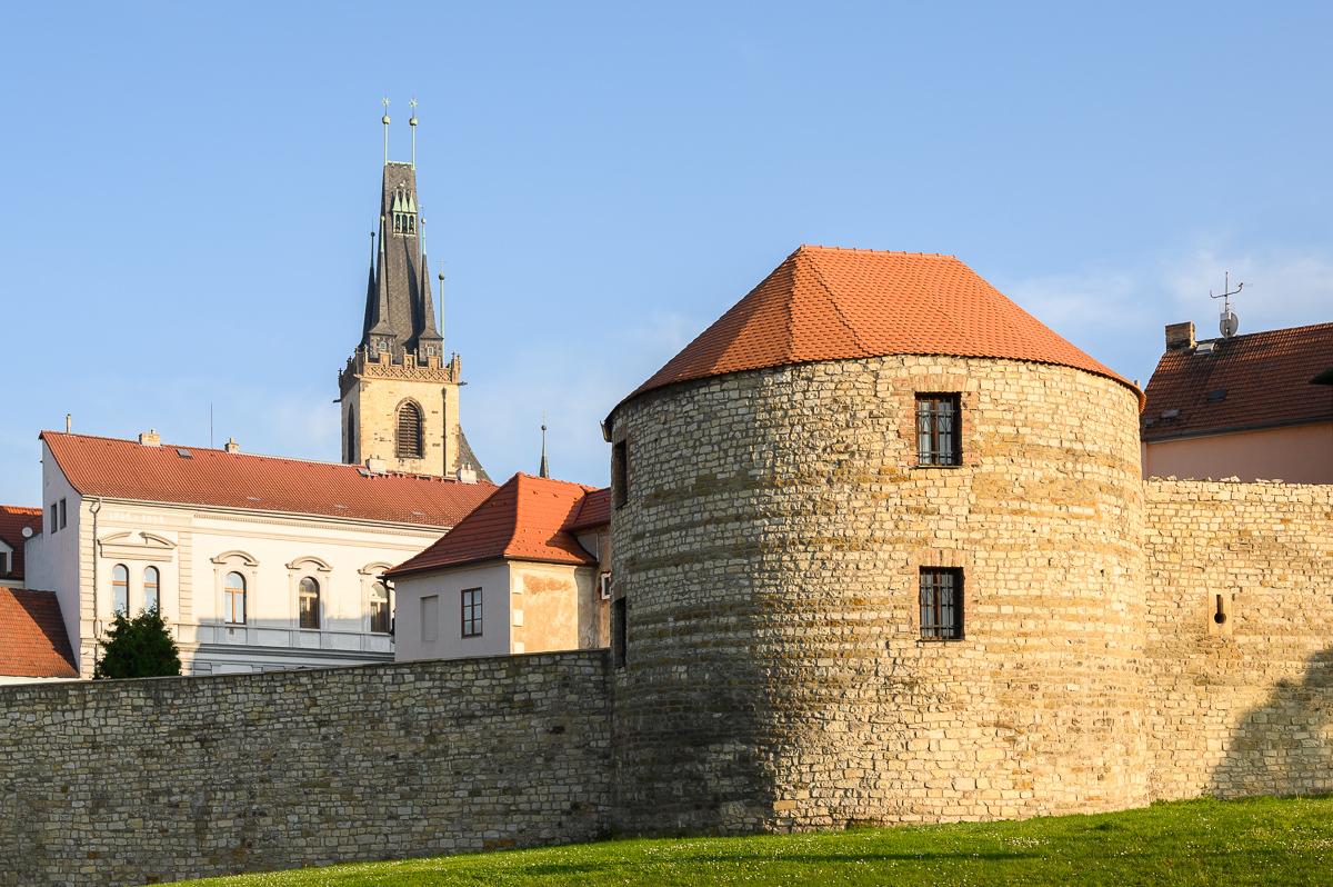 pozůstatky opevnění a chrám sv. Mikuláše