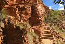výstup na vyhliadku v Ormiston Gorge