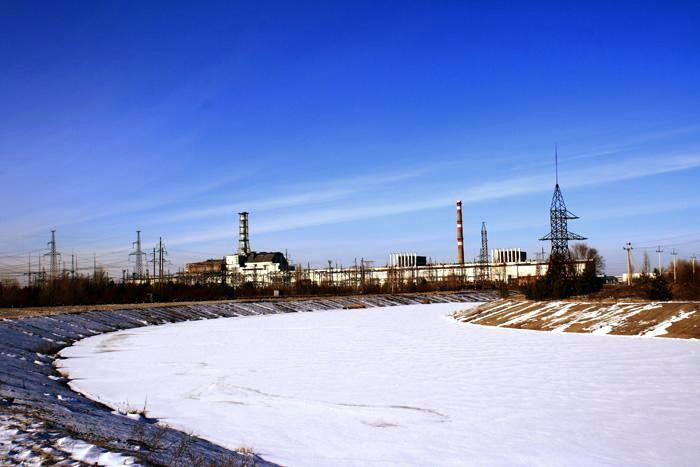 pohled na siluetu elektrárny, v níž se stala největší jaderná katastrofa světa