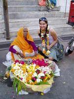 pouliční prodej chrámových květinových náhrdelníků