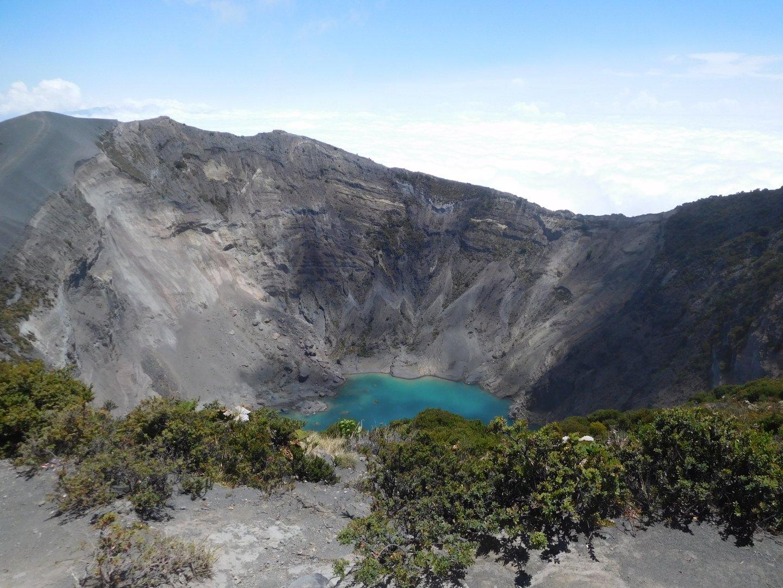 kráter s tyrkysovým jezerem