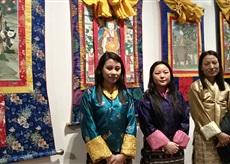 členky Královské textilní akademie před obrazy