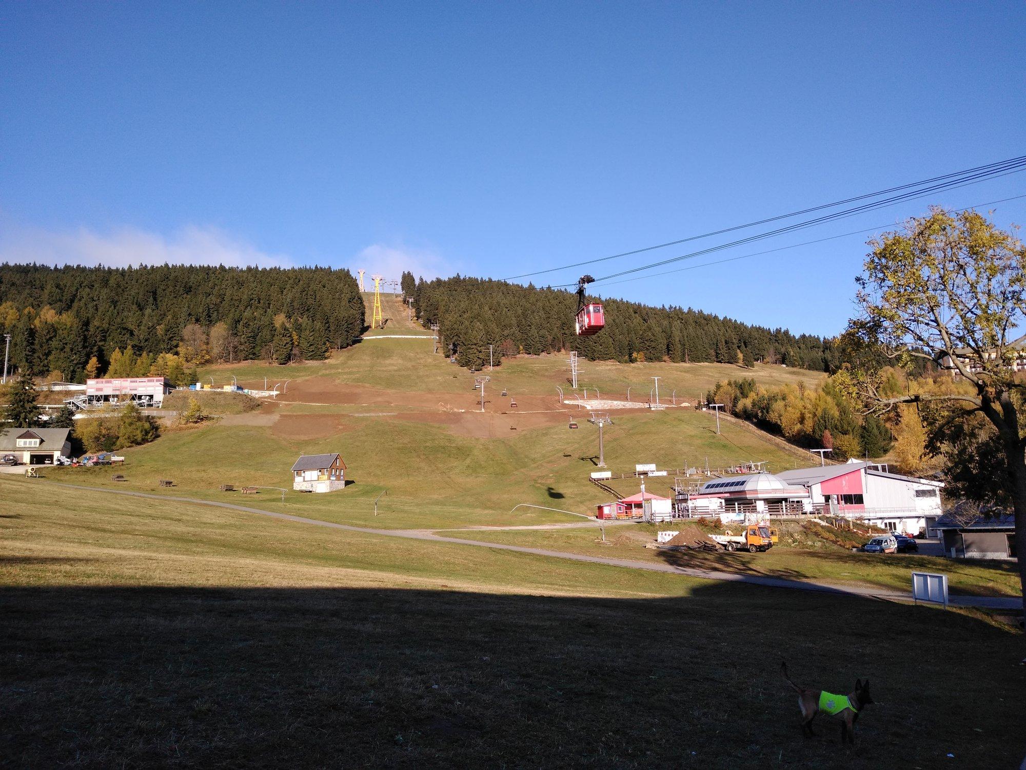 cesta podél sjezdovky vedoucí z hory Fichtelberg