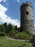 Věž a v pozadí kaple